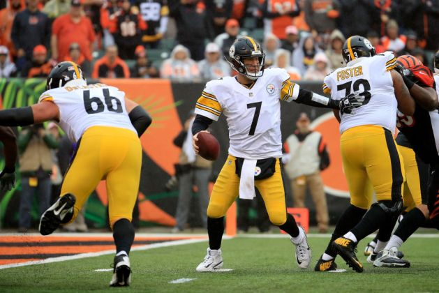 Ben Roethlisberger #7 of the Pittsburgh Steelers scrambles to avoid defensive pressure during the second quarter of the game against the Cincinnati Bengals at Paul Brown Stadium on October 14, 2018 in Cincinnati, Ohio.