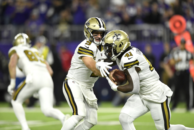 Drew Brees #9 of the New Orleans Saints hands the ball off to Alvin Kamara #41 in the first quarter of the game against the Minnesota Vikings at U.S. Bank Stadium on October 28, 2018 in Minneapolis, Minnesota.