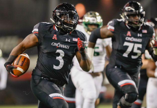 Michael Warren II #3 of the Cincinnati Bearcats runs for a touchdown during the game against the South Florida Bulls at Nippert Stadium on November 10, 2018 in Cincinnati, Ohio.